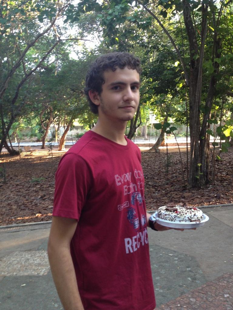 Meus melhores amigos, representados por Iuri porque ele tem um bolo e a pose de um cavaleiro real nessa foto.